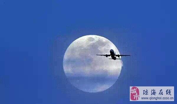 """月球自转一周的时间也""""正好""""和绕地球公转一周"""