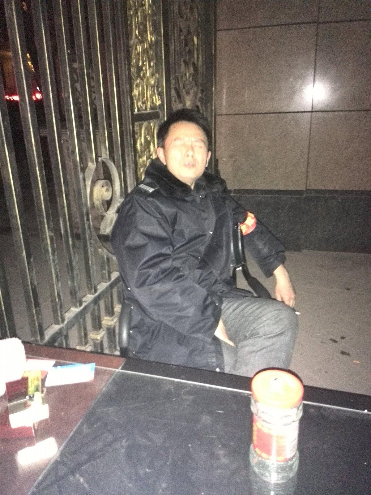 仁寿丽景物业夜班保安李建牛到爆