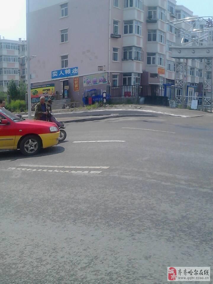 2013年6月24日12点10分,齐市建华区奕人小区大门口发生车祸