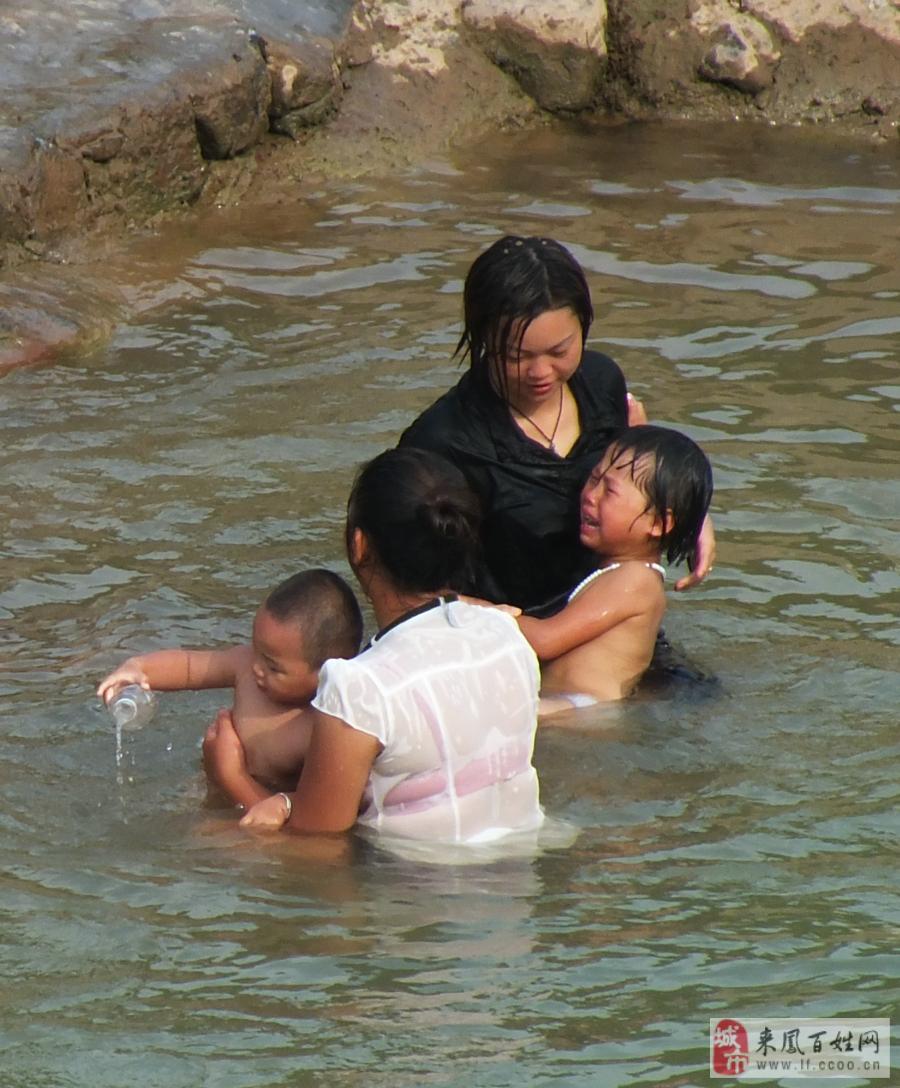 在河里洗澡 在河里洗澡的美女 在河里洗澡的男孩子图片