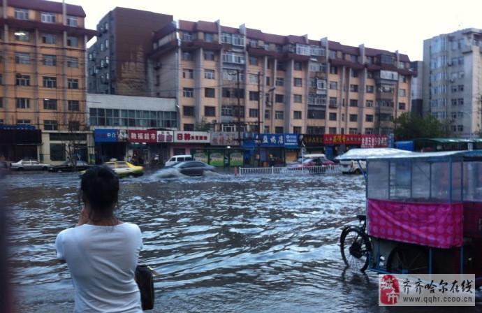 齐齐哈尔 卜奎大街 中环广场 下雨 过后水流成河