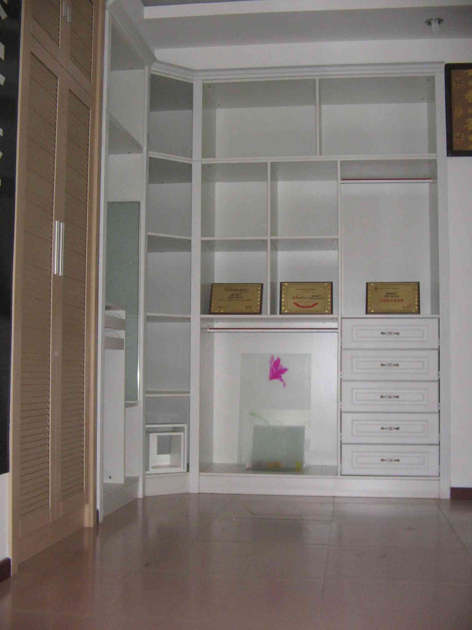 衣柜门板3、高密度板 高密度板是常用的人造板,是将木材、树枝等发在水中泡过后,打碎压制加工而成的,密度均匀,强度较高,加工起来也较为容易,不过缺点就是防潮性不好,厨卫等潮湿的地方不宜使用,但用来做衣柜还不错。 衣柜门板4、实木颗粒板 实木颗粒板是将实木打成颗粒,再用胶粘合压制而成的,保留了一些实木的物理特性,握钉力较好,质地较轻,不会给衣柜造成太多压力,但承重力却不弱,而且成本低,性价比高,因此也常运用在衣柜制造中。 衣柜门板如何选购 1、看板材的切面,小纤维是否结合紧密; 2、看板材的环保程度,甲醛的
