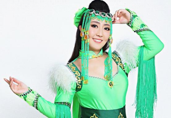 歌手格格丰满_一首热辣辣的草原情歌《火苗》而被大家熟悉的蒙古歌手格格