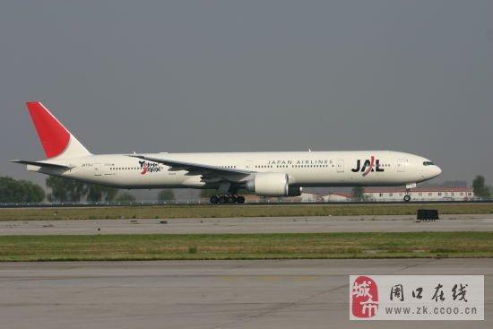 日本羽田机场飞往美国旧金山的日本航空波音777客机