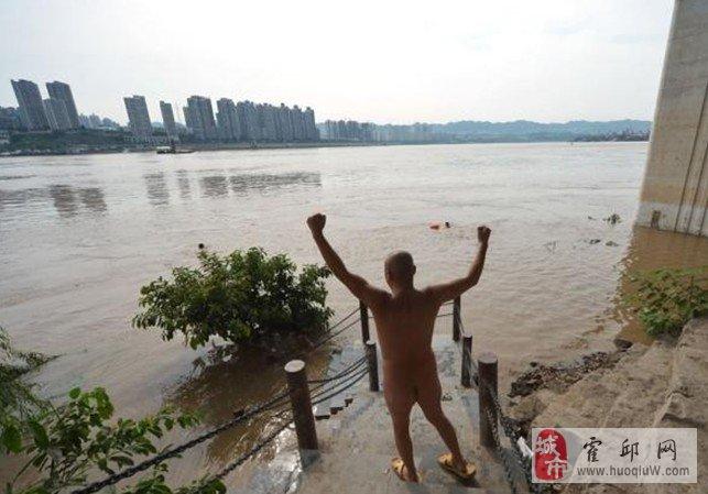 图:重庆裸泳滩 一帮爱好独特的爷们江中裸泳
