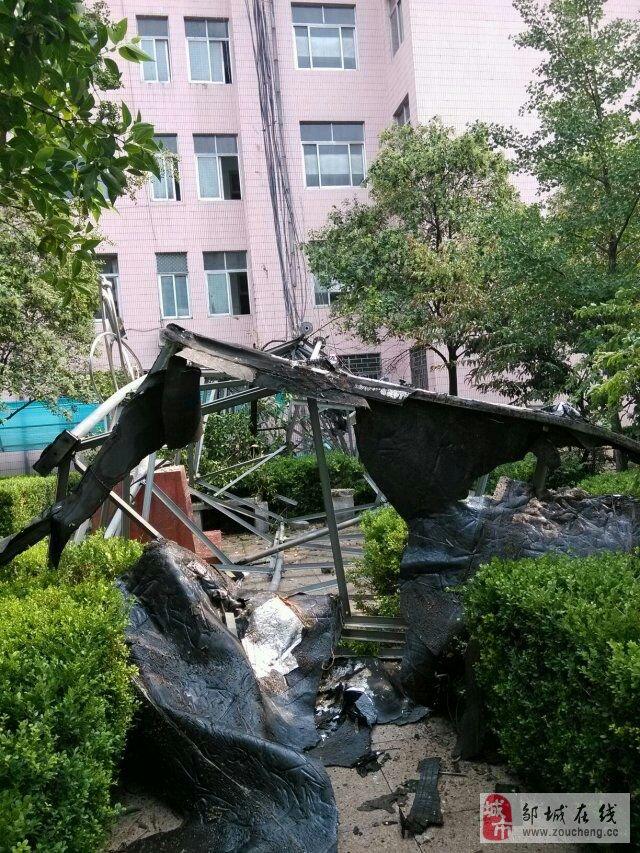 邹城二中的移动信号塔倒了