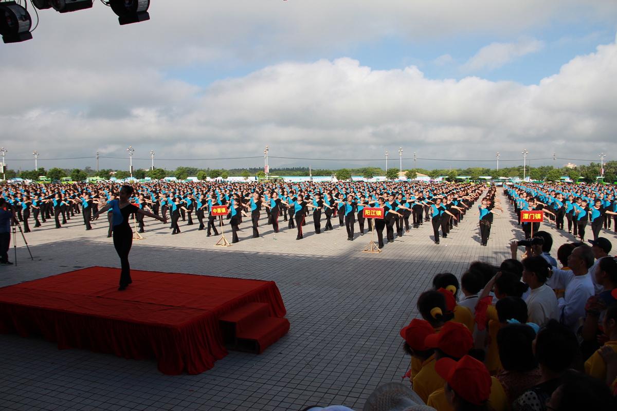 我市全民健身日活动昨日在万泉河广场隆重举行
