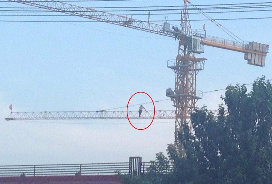 楼房建筑塔吊上的工人玩命行走【抓拍】