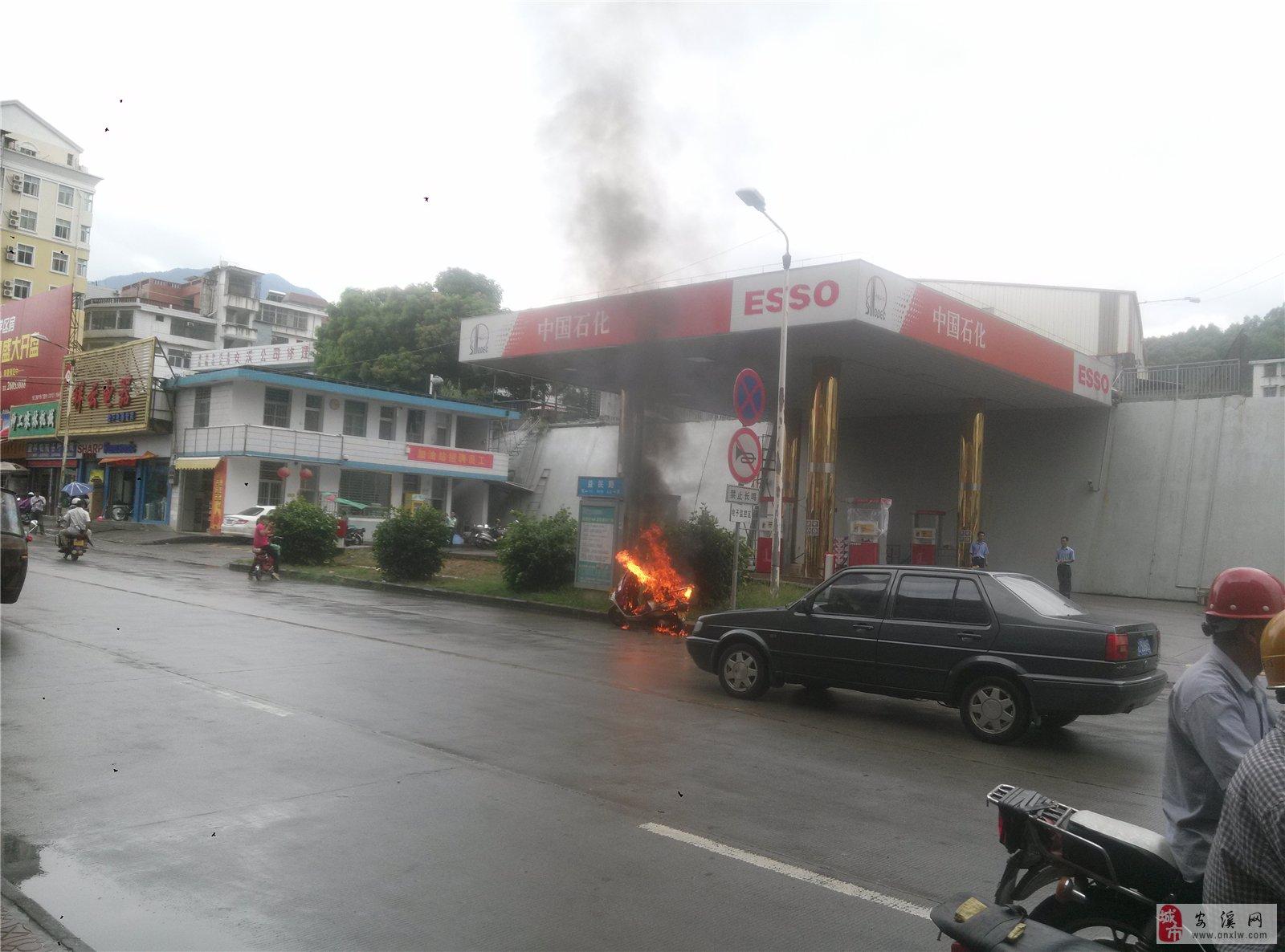 [原创]龙湖车站加油站前摩托车自燃!