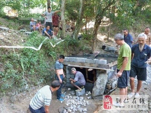 近日,松桃工商联在帮扶点——平头乡老寨村帮助村民修建爱心