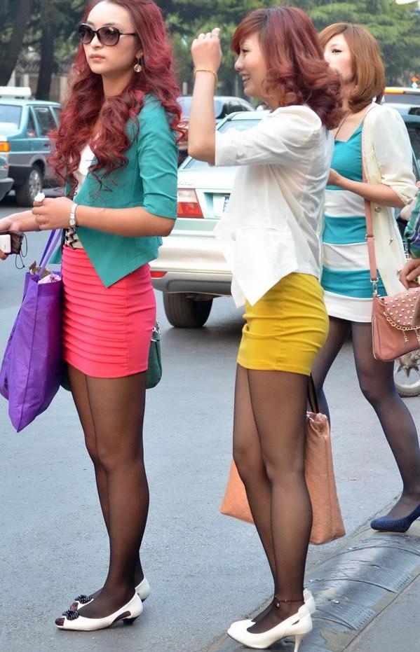 短裙大白腿街拍美女 抄底街拍短裙美女 街拍灰丝短裙美女图片