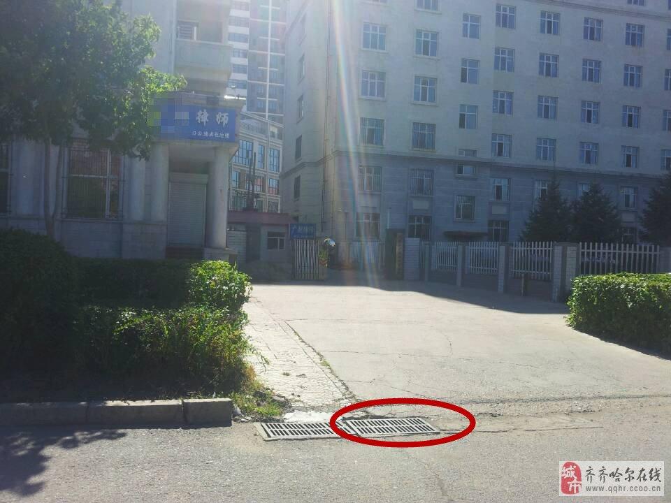 齐齐哈尔大学高层 宿舍楼前,下水井盖