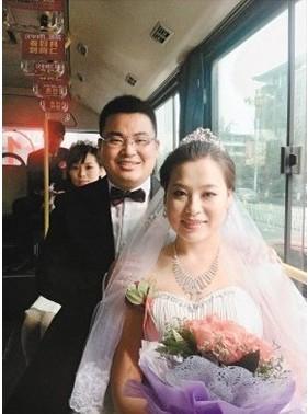 """80后小伙带新娘做公交举行婚礼 寓意""""一路同行"""""""