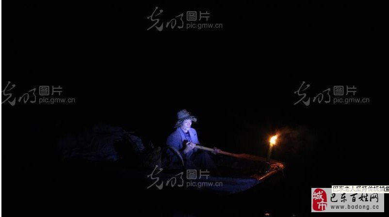 高官喜老人带着捕鱼工具走在河道上。 湖北省巴东县金果坪乡金坪村64岁的高官喜老人,身材消瘦,皮肤黝黑,以捕鱼为生,精通各种传统捕鱼技巧。至今,他捕鱼已有48年。 见到高官喜时,他正在清江水域殷家河边教儿子撒网捕鱼。夕阳的余晖下,父子俩选好鱼群聚集地,手里拿牢鱼网,先是滴溜溜转身,然后乘着惯性,用细瘦的臂膀,将网向着天空高高抛出,形成一个漂亮的圈,一张大网撒下,收获一条或者几条鱼。 高官喜从16岁时就随叔叔、堂兄捕鱼,是现有渔民中较少的几个使用撒网捕鱼的渔民。每天凌晨4时,就起来吃早饭,然后带上干粮、背着鱼