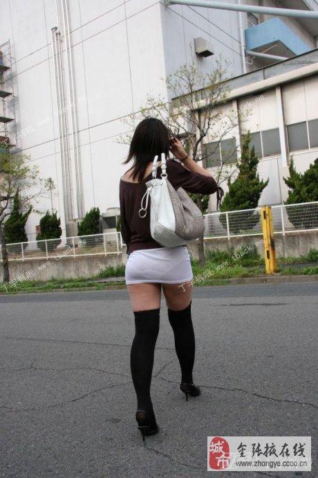 街拍到紧身短裤美臀图片
