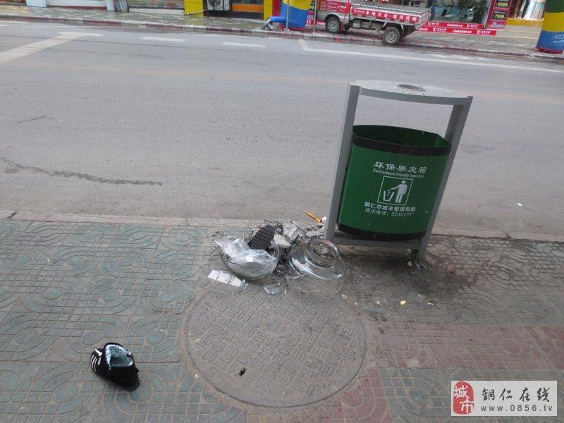 11月7日下午17时37分,碧江区铜仁电视台路段人行道上,一只空垃圾桶旁堆放一堆垃圾,一只鞋子被丢在垃圾桶不远处。不将垃圾丢进垃圾桶里随意乱丢实在令人费解,在此呼吁广大市民自觉将垃圾丢进垃圾桶。  亲,请将垃圾丢进垃圾桶  亲,请将垃圾丢进垃圾桶  亲,请将垃圾丢进垃圾桶
