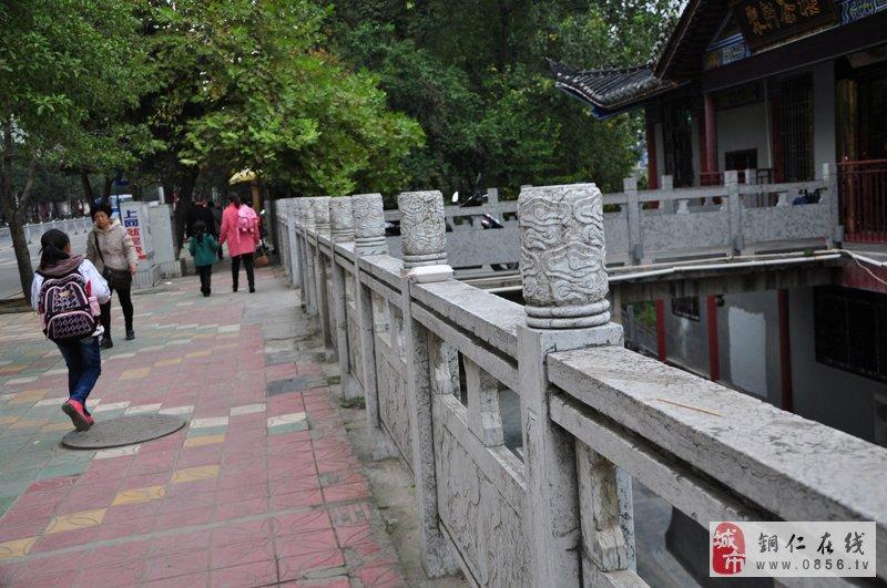碧江区瓦窑河路段一人行道栏杆上摆放着一个一次性盒子 11高清图片