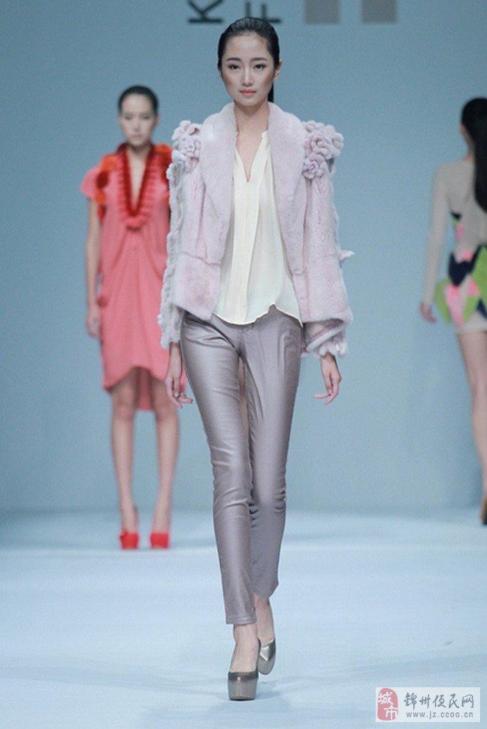 描述:沈阳北方模特学校艺考班的模特学员亮相北京国际时装周-002.jpg