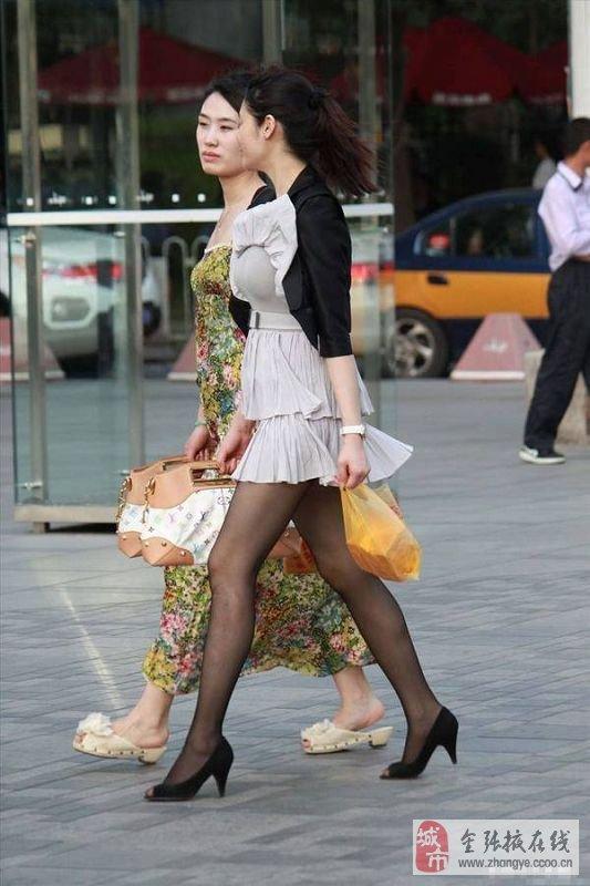 街拍高跟鞋短裙美女 街拍肉丝高跟短裙图片