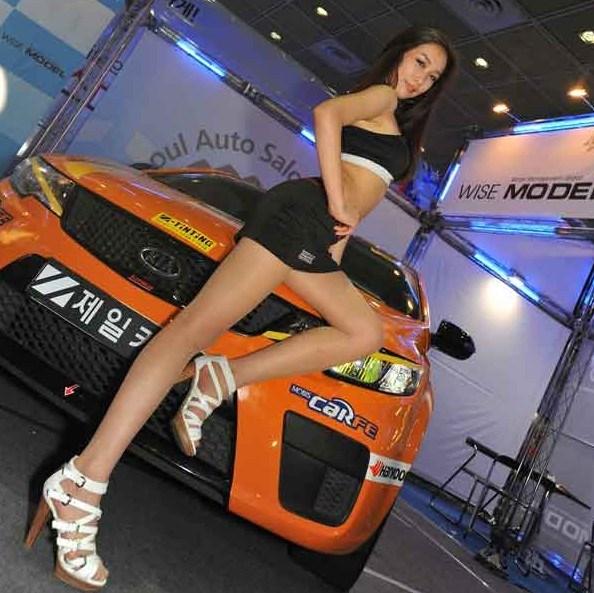 身材惹火的韩国车模