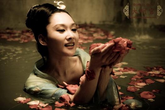 从此之后,安禄山与杨贵妃乱伦变得明目张胆,他经常私自出入杨贵妃寝宫图片