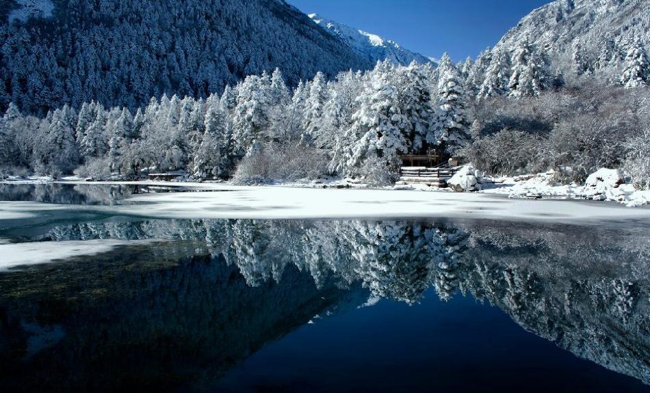 12月15日凌晨,康定迎来了立冬以来第一场大雪,根据气象预报,未来几天气温将继续走低,本周四还会有阵雪。 第一场雪的到来,不知道各位做好准备没有,小编没做准备,可是被坑死了,因为降雪的关系,道路交通流动较慢,还有部分堵车原因,小编可是站风雪里站了大半个小时才等来咱的公交车,在彩虹桥和将军桥等车的亲们就更苦了,公交车因为爆满的原因,都上不了客啦。希望他们尽快等到下一班车。除了交通问题,降雪还给咱们带来美景,小编下面就给大家分享两张木格措美图, 快来收下吧。