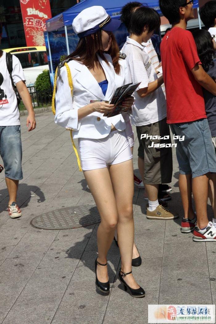 街拍有点丰满的高个子美女