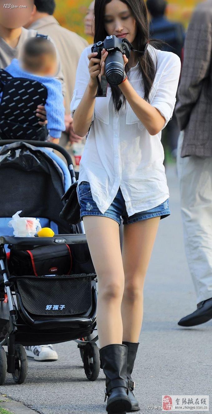 广场上街拍的蓝色丝袜漂亮美眉