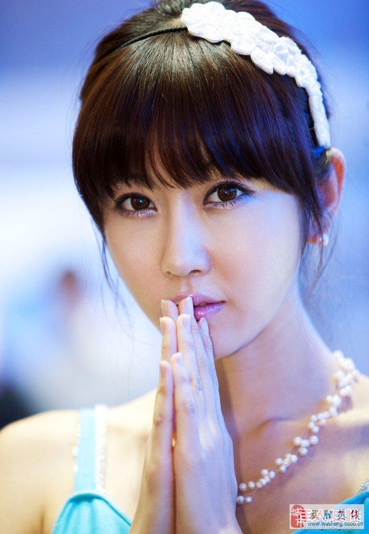 韩国美女车模~俏皮可爱