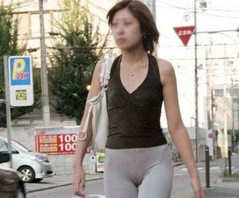 美女穿紧身裤 很性感啊
