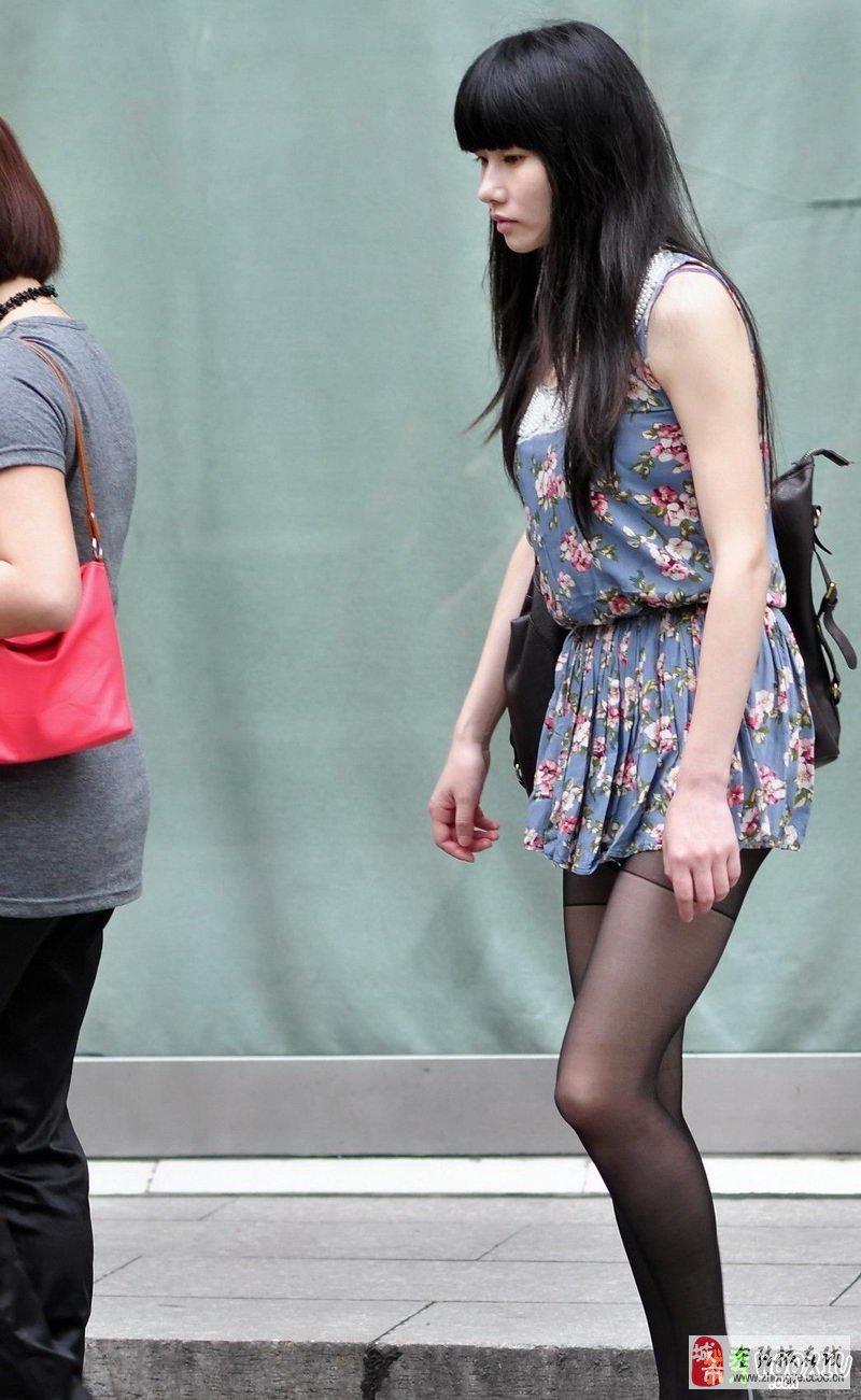 美丽年轻的黑丝袜美眉_时尚街拍_张掖论坛