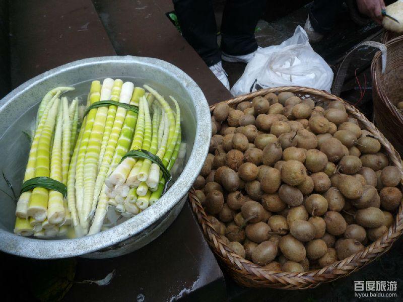 洪雅/图片描述:刚从山上拿下的新鲜竹笋与土豆拍摄地点:洪雅县柳江...