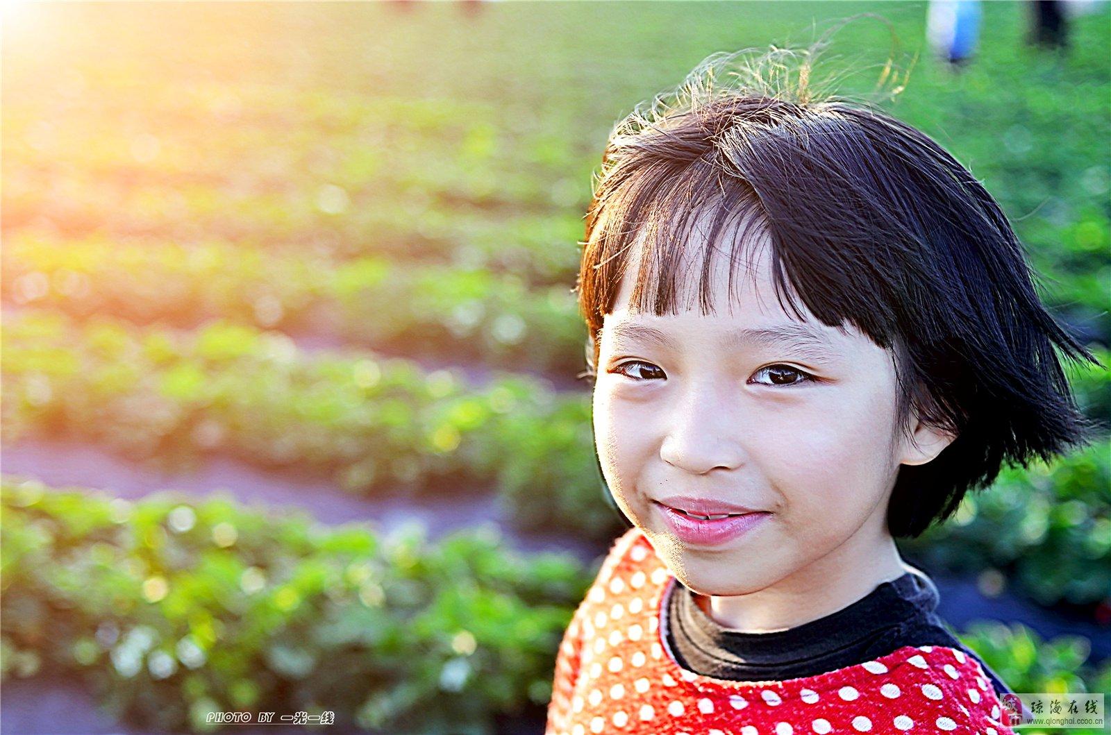 万泉河桥下摘草莓的小女孩儿