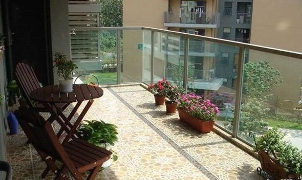 阳台是公寓中最能接近户外的区域,开放式的阳台固然惬意,但现今有许多家庭把阳台设计为封闭式,这样一来,室内区域被进一步得到扩充,阳台的区域也更为隐蔽。开放与封闭式各有千秋,我们该选择怎样的瓷砖铺贴阳台呢? 第一:如果是封闭的阳台,和室内打通之后,可以选择与室内一样的瓷砖铺贴,这样看起来整个室内空间就比较通敞明亮。 第二:如果阳台不封装,可以使用防水性能好的瓷砖,若需要在阳台晾衣服,便应以防滑地砖为首选。阳台一般采用整贴的铺贴方法,推荐使用仿古砖就是一个不错的选择。 第三:您也可能想用天然石材来装饰阳台,但其