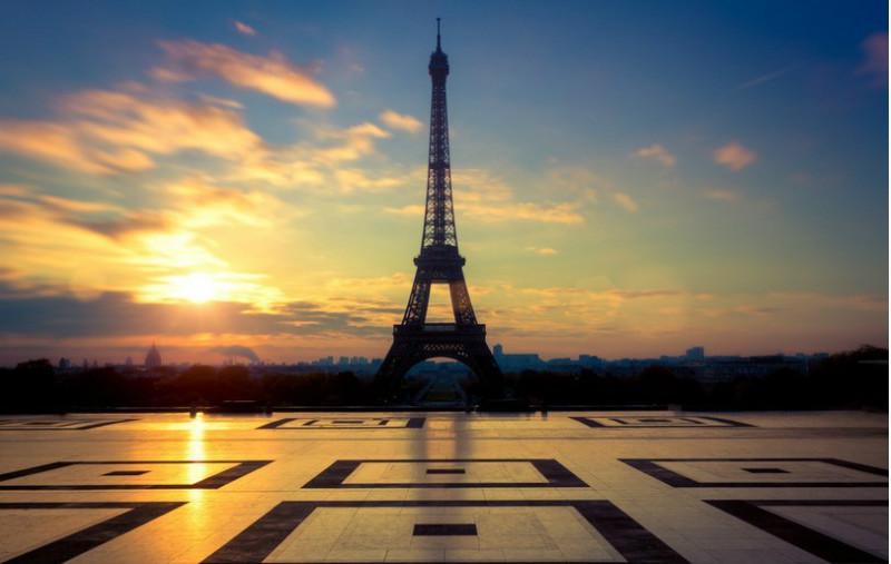 艾菲尔铁塔(法语:la tour eiffel)1889年建成,高324米,被法国人爱称