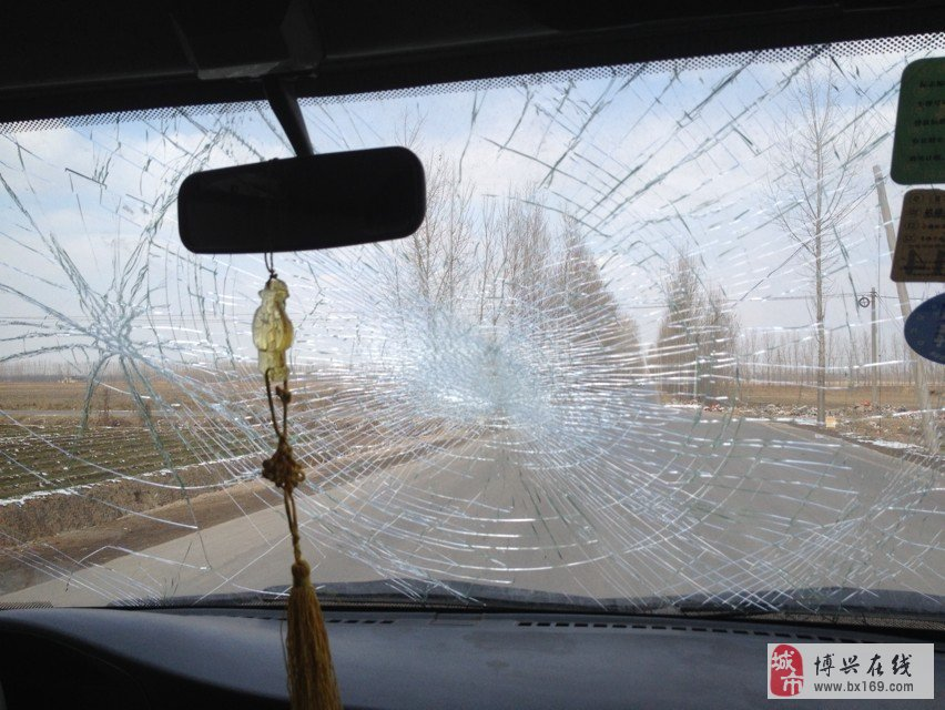 汽车前挡风玻璃烂得像花一样啊