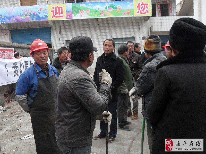 乐平东升幼儿园教师不满幼儿园遭强拆举横幅抗议