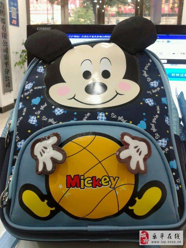 记得小时候,我的书包都是妈妈用布做的,现在从来没有看到过那各书包了,明天就要开学了,现在的家长们在前几天就在帮孩子买新学期的装备,小孩用的几乎是每个学期都是新的,我也不例外,今天帮儿子把装备买齐了,让2014新学期有一个新的开始  儿子属老鼠的,给他买了一个米奇的新书包