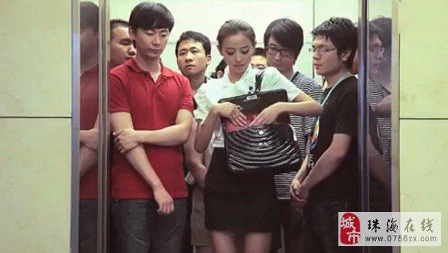 美女赶时间挤电梯 干脆都脱光了
