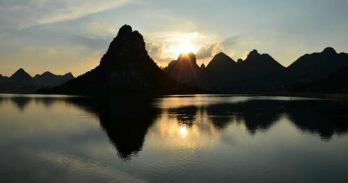 本地通首页 旅游景点 > 罗城十大景点之成龙湖夕照