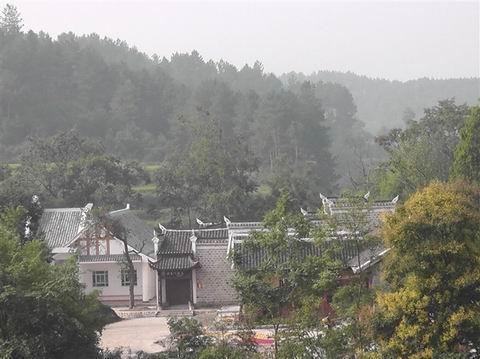入景区公路属于三级油路,距渝怀铁路(孟溪火车站)56公里.