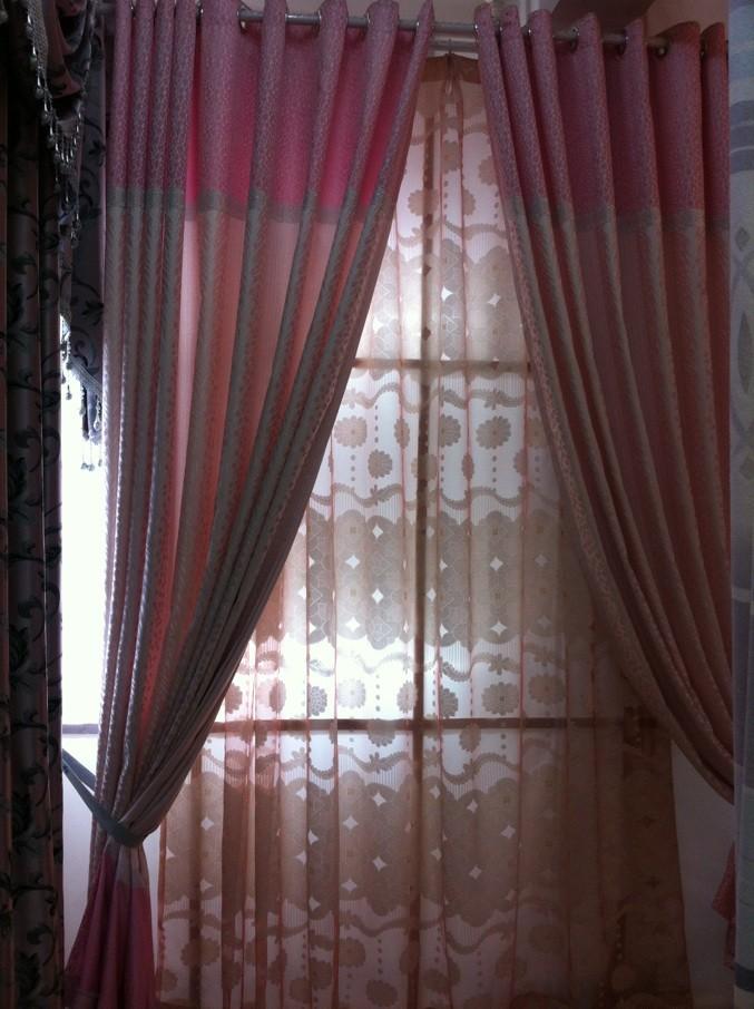 红色花纹窗帘
