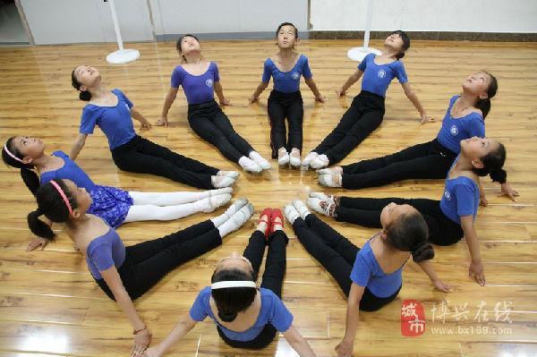 在博兴县舞蹈舞蹈培训学校,一家小学生小学v舞蹈正在封闭式部分贵阳图片