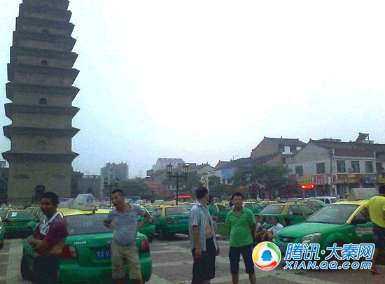 周至百十辆出租车集体停运聚集八云塔广场罢工