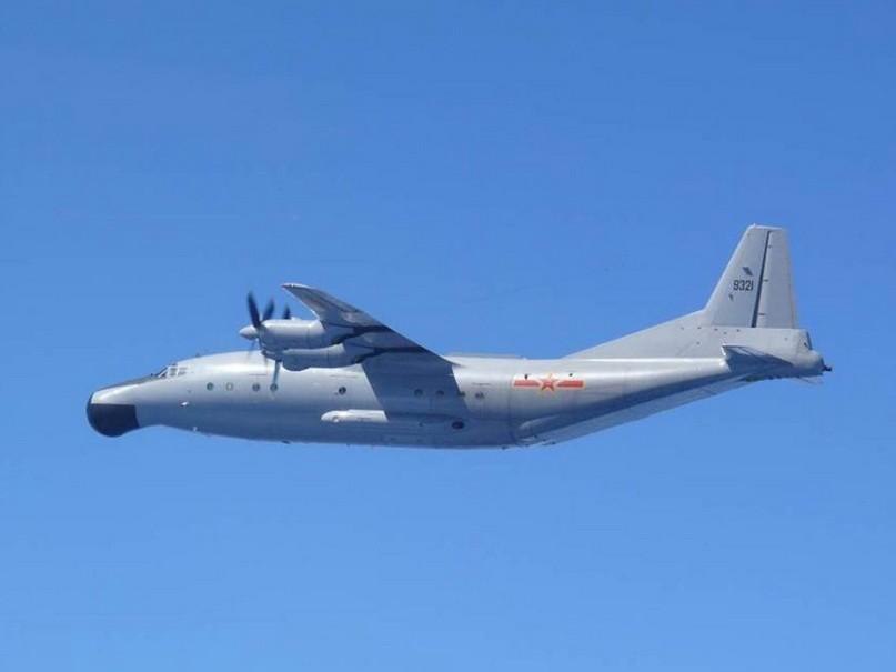 图为日本航空自卫队飞机拍摄到的中国y-8预警机