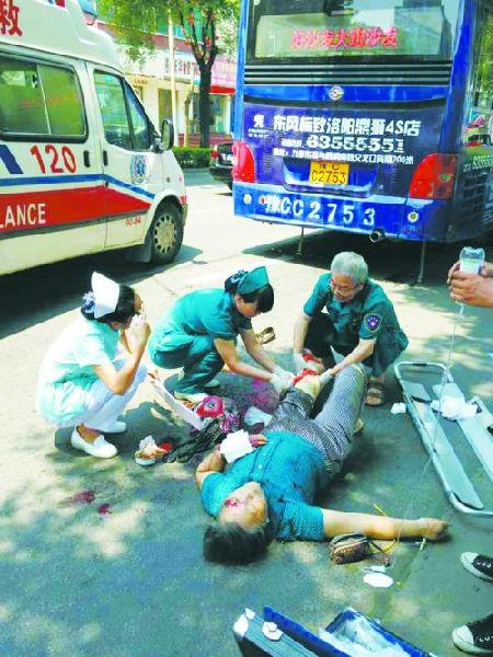 医护人员在车祸现场抢救 洛阳74岁老人被15路公交车撞成重高清图片