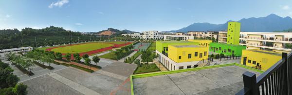 该校位于鹤山市大雁山风景区西麓,十里方圆小区内,风景秀丽,环境优美