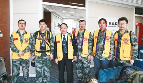 即墨狮子会创会会长李延森2013/14年度主席杨宪军   携全体狮友向全