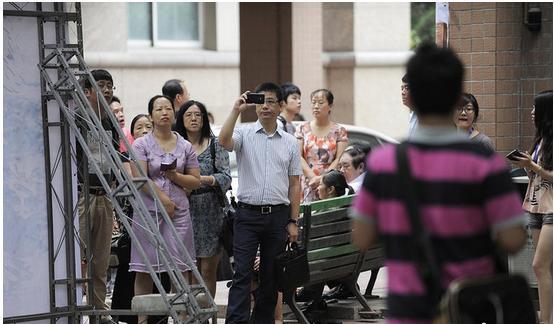 """中国传媒大学迎新设""""隔离区""""大学新生独立报到"""