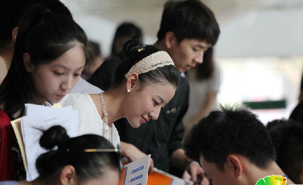 北京电影学院开学 帅哥美女齐报道